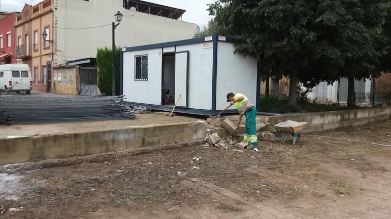 Els treballs per a condicionar i enjardinar el carrer de Juan Bautista Pastor a Borbotó han començat hui