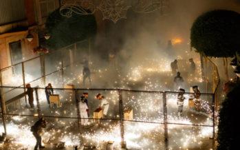Els clavaris del Crist omplen de foc la plaça en la Coetà de Mislata