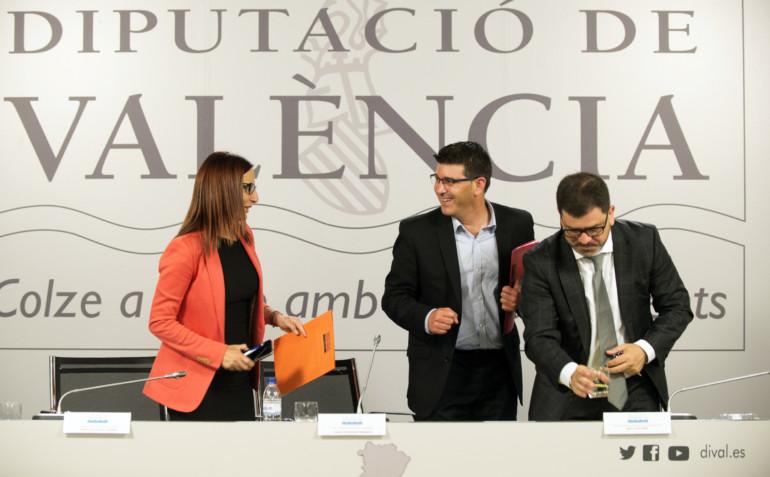 El presidente de la Diputación, Jorge Rodríguez, junto a la vicepresidenta, Mª Josep Amigó, y el diputado Emili Altur, presentando los programas de empleo joven