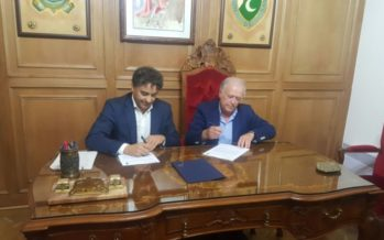 Colomer firma un convenio con la Asociación de San Jorge para la promoción de los Moros y Cristianos de Alcoy