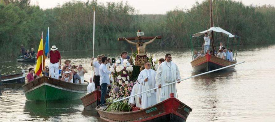 El Palmar celebra su romería en barca con el Cristo de la Salud por la Albufera