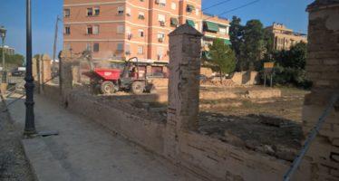 Comencen a demolir el mur que integrarà el jardí de Miniaturista Messeguer amb el Parc Lineal