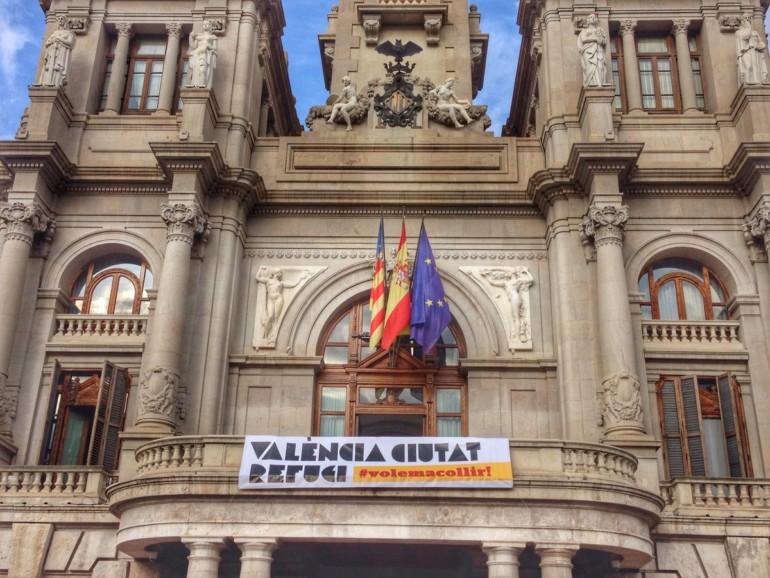Pancarta a favor de la acogida de refugiados en el balcón del Ayuntamiento de València.