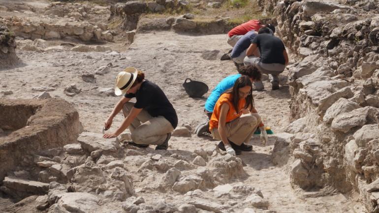 Arqueólogos trabajan en 'La Bastida de les Alcusses'.
