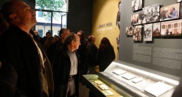 La mostra 'Joan Francesc Mira. L'ofici de mirar i escriure' viatja a l'UJI de Castelló