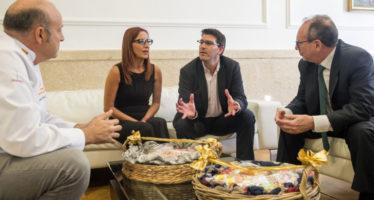 El gremi de Forners i Pastissers lliura la tradicional 'Mocadorà' a Jorge Rodríguez i Maria Josep Amigó