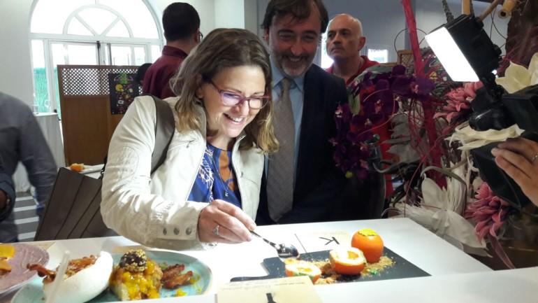 Elena Cebrián, tastant els postres fets amb caqui de l'Alcudia
