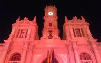 La façana de l'Ajuntament de València s'il·lumina pels afectats per TDAH