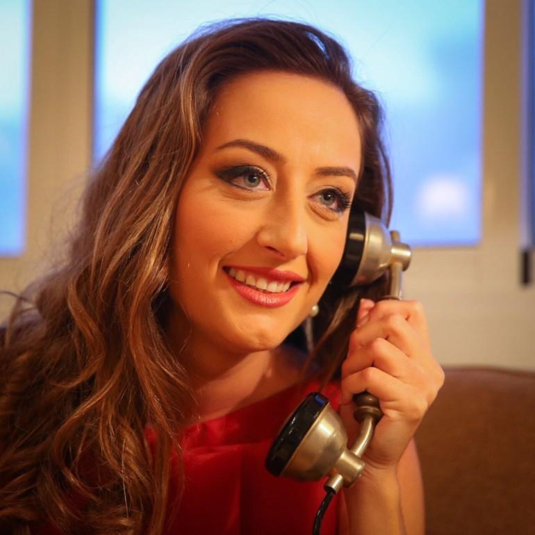 Rocío Gil atiende la llamada de Joan Ribó.