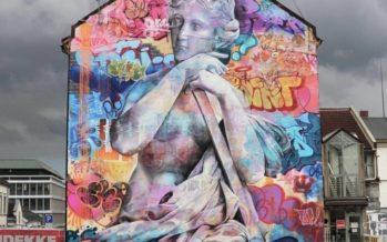 Los valencianos PichiAvo crean un mural de arte urbano en la Ciudad Fallera