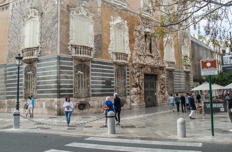 Cadena instalada frente al Palacio del Marqués de Dos Aguas