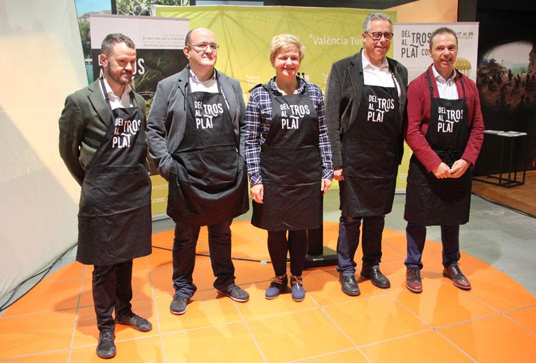 Els participants en la presentació, ataviats amb mandil dels cuiners