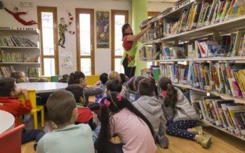 Escolares de Primaria de Mislata descubren los tesoros de la Biblioteca