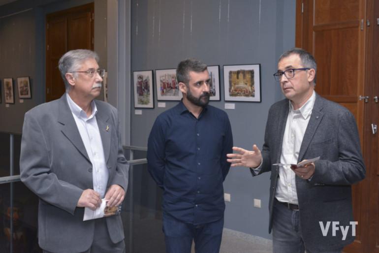 Gil Manuel Hernández interviene en la inauguración de la muestra, ante la atenta mirada de Pere Fuset, concejal de Cultura Festiva, y el autor, Pedro Molero.
