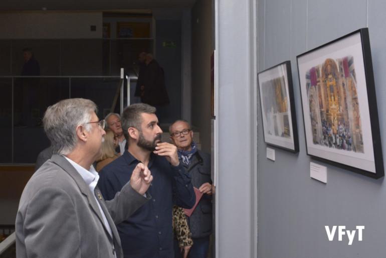 Pedro Molero presenta a Pere Fuset y los demás visitantes de la exposición los detalles de algunas de sus láminas.