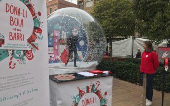 Una bola gegant de neu dóna suport al comerç de València