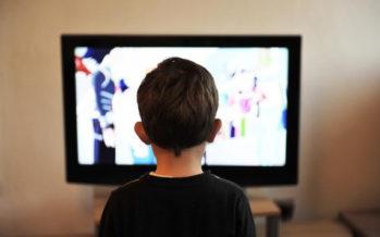 Atracón de alimentos procesados en los anuncios de televisión infantil
