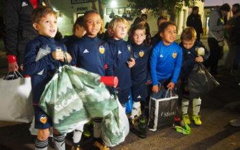 Los más pequeños del Valencia CF donan sus juguetes a Koopera Cáritas