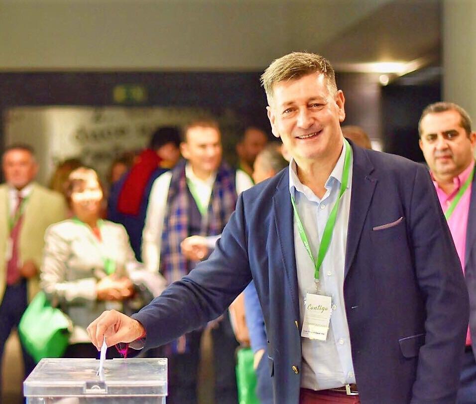 Aguar, recientemente elegido presidente nacional de su partido Contigo, en el momento de votar en el congreso nacional.