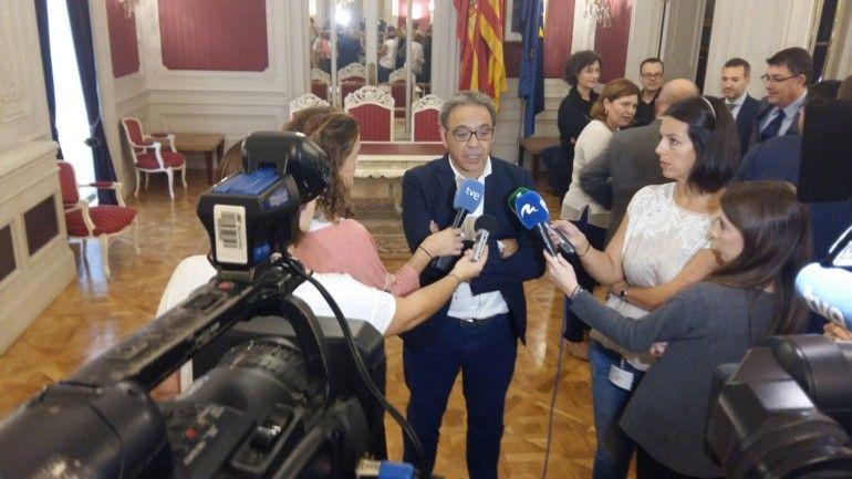 Manuel Mata atiende a los medios de comunicación.
