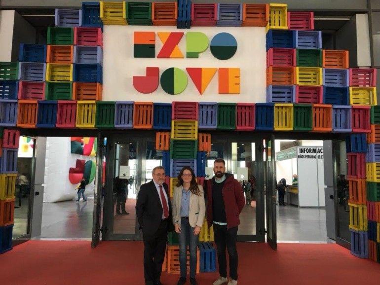 Monica Oltra, en el pórtico de entrada a Expojove flanqueada por José Vicente González y Pere Fuset.