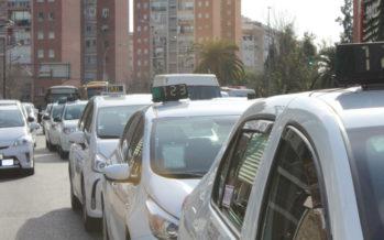 Los taxistas se manifiestan en Valencia contra la nueva regulación horaria 12+4