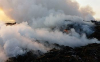 Los bomberos siguen trabajando para extinguir el incendio de la empresa de biomasa de Requena