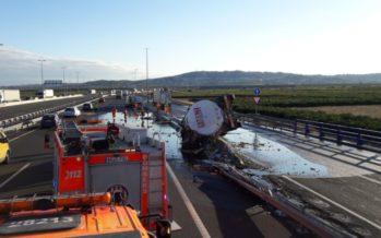 Un camión cisterna vuelca en la A-7 y vierte cientos de litros de aceite de oliva