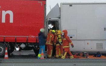 Dos camiones colisionan en Caudete de las Fuentes por el mal tiempo