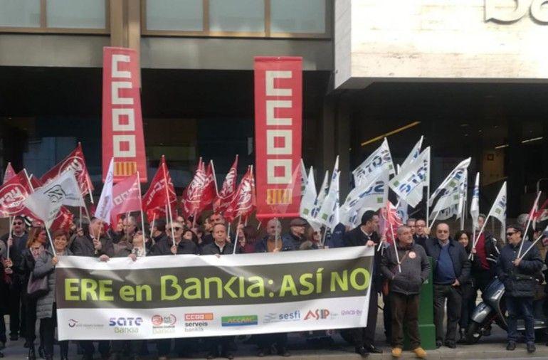 Concentración de protesta protagonizada por CCOO en la sede de Bankia en València capital.