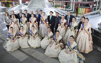 Rocío Gil, Fallera Mayor 2018, visita con su Corte de Honor la fábrica de Amstel en Quart