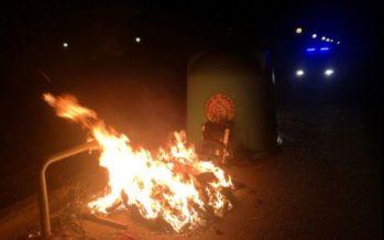 El incendio de un contenedor afecta a dos fachadas y cinco vehículos en Paterna