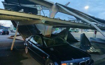 Un tornado destroza el techo de un aparcamiento en Xàtiva