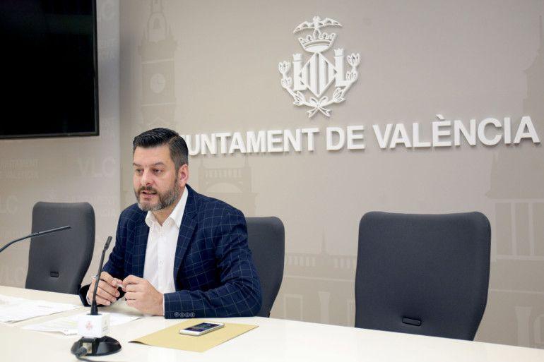 El regidor de Comerç, Carlos Galiana, presenta en roda de premsa el projecte d'ajardinament i mercat del rastre en el solar del carrer Luis Peixó. Sala de premsa municipal.