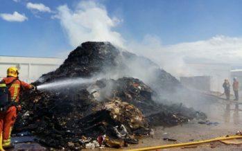 Incendi a una empresa de reciclatge de Picassent