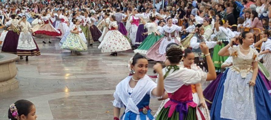 Una multitudinaria Dansà abre el fin de semana en honor a la 'Geperudeta'