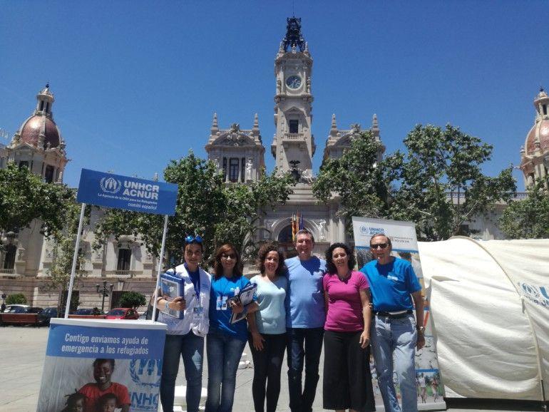 ACNUR va instal·lar una carpa a la plaça de l'Ajuntament per a informar sobre la realitat dels refugiats.