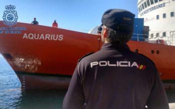 El Aquarius atraca en el Puerto de València