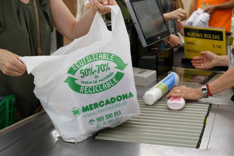 Bolsa de plástico elaborada de material reciclado en Mercadona