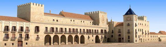 """Recreación de la fachada frontal , con la torre del Rey o """"de los Ángeles"""" a la derecha junto a la del reloj y hacia la izquierda la de la Reina."""