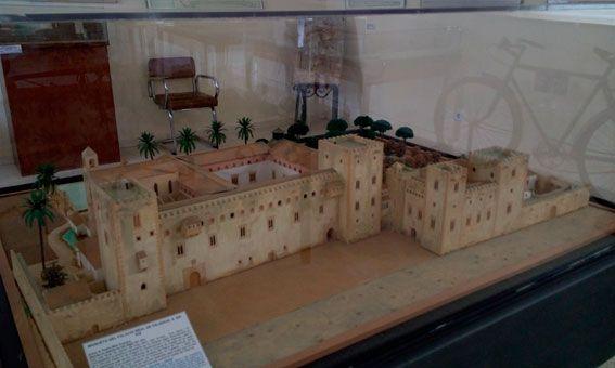 Vista general del Palacio en su época temprana. Aun después de la reforma y ampliación por Jaime I, las claras influencias árabes y arquitectura medieval son notables, es su estado antes de la gran reforma hacia el siglo XV.