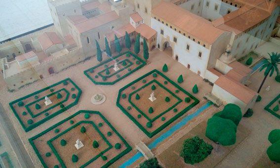 Vista general del jardín principal, decorado con 4 estatuas. Se puede observar la acequia de Algirós pasando a un lado. Esta acequia administraba al jardín el riego necesario. A la izquierda del edificio, parte original y más antigua, aposentos del servicio y del alcaide del palacio.