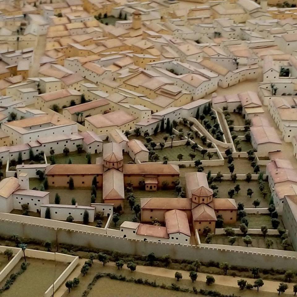 Figuración del antiguo Hospital General de Valencia en la maqueta de la ciudad antigua exhibido en el hall del MuVIM