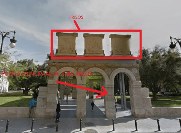 El recuerdo de la entrada principal reconstruída con los tres arcos y los frisos.