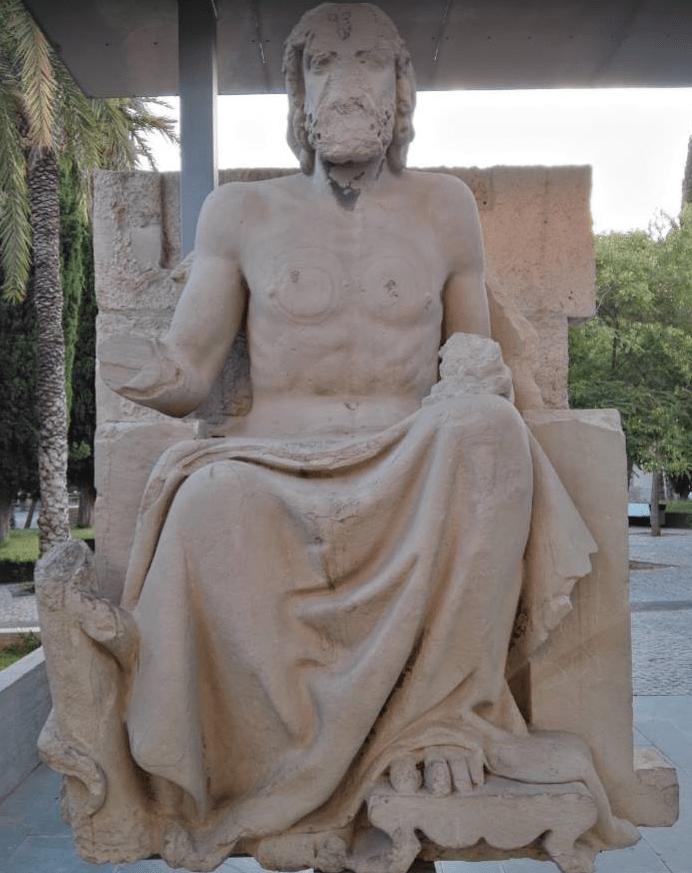 La estatua del dios Escolapio que se encontraba en la parte superior cuando el edificio estaba en pie.