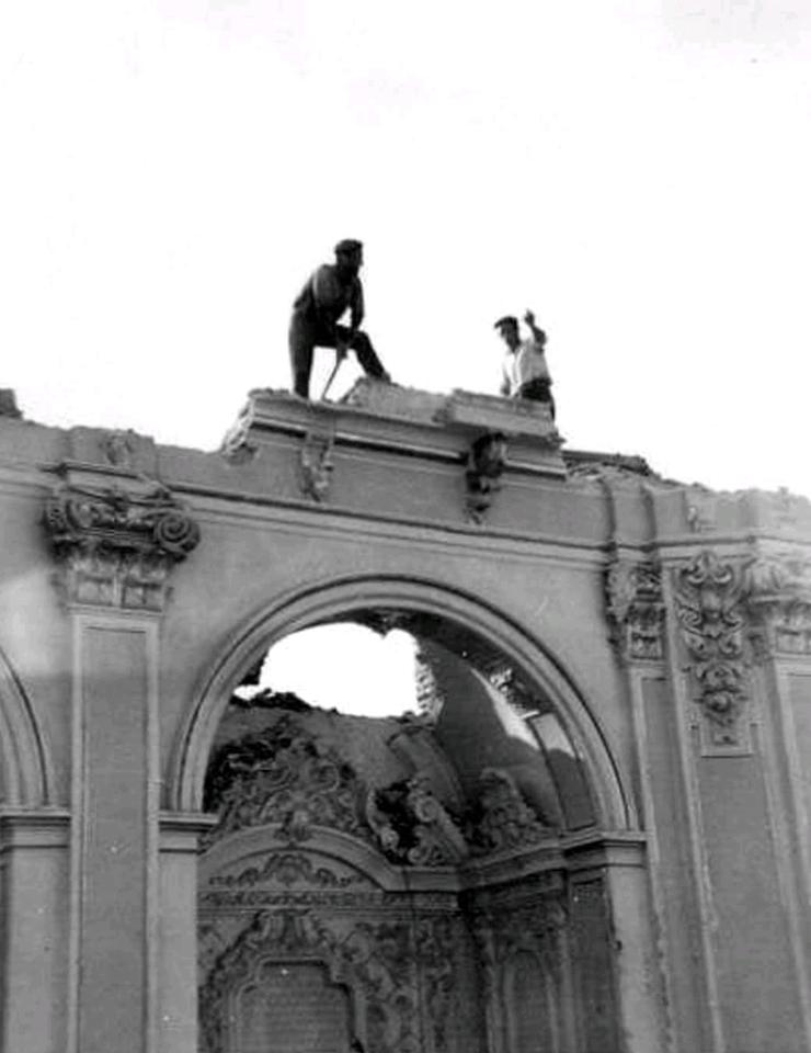 Imagen del derribo del edificio. Los albañiles están justo sobre la ubicación original de la estatua del dios Escolapio.