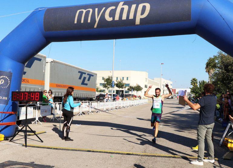 Julián Tomás, ganador del 5K, cruzando la meta.