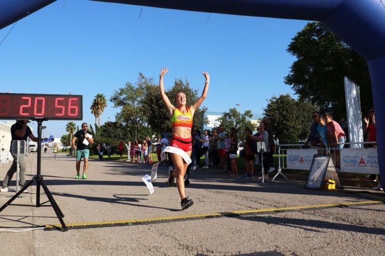 Sara Ruiz, ganadora del 5K, cruzando la meta.