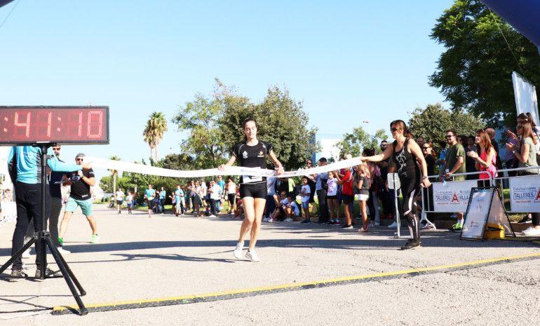 Cristina Sanz, ganadora del 10K, cruzando la meta.