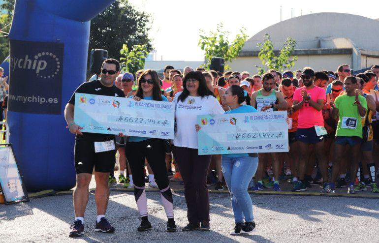 Representantes de la Asociación Nacional de Hipertensión Pulmonar y de la Asociación Síndrome STXBP1 recibiendo los cheques con la recaudación de manos de la gerente de APPI, Romina Moya.